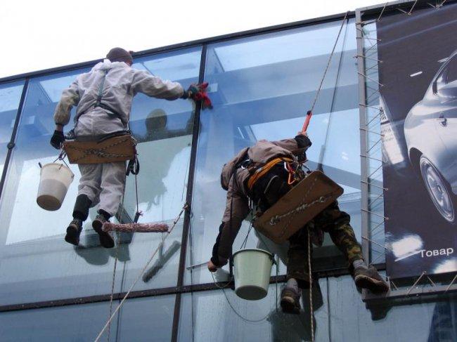Как мыть окна снаружи на высоте